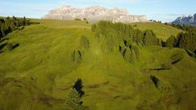 Το τοπίο στην ομάδα βουνών κάλεσε Marmolada κατά τη διάρκεια του καλοκαιριού και των πράσινων λιβαδιών απόθεμα βίντεο