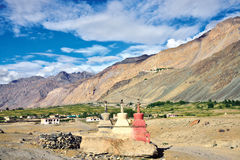 Το τοπίο της κοιλάδας Zanskar, μοναστήρι Stongde μπορεί επίσης να δει στους λόφους υποβάθρου, Zanskar, Ladakh, Τζαμού και Κασμίρ, Στοκ Εικόνες