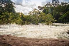 Το τοπίο των ορμητικά σημείων ποταμού Kaeng Lamduan, το διάσημο τουριστικό αξιοθέατο των γαρίδων παρελάσεων μετανάστευσε προς τα  Στοκ Εικόνες