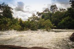 Το τοπίο των ορμητικά σημείων ποταμού Kaeng Lamduan, το διάσημο τουριστικό αξιοθέατο των γαρίδων παρελάσεων μετανάστευσε προς τα  Στοκ Φωτογραφίες