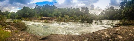 Το τοπίο των ορμητικά σημείων ποταμού Kaeng Lamduan, το διάσημο τουριστικό αξιοθέατο των γαρίδων παρελάσεων μετανάστευσε προς τα  Στοκ φωτογραφία με δικαίωμα ελεύθερης χρήσης