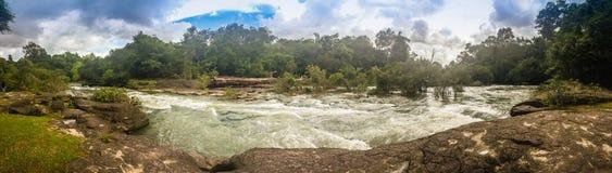 Το τοπίο των ορμητικά σημείων ποταμού Kaeng Lamduan, το διάσημο τουριστικό αξιοθέατο των γαρίδων παρελάσεων μετανάστευσε προς τα  Στοκ φωτογραφίες με δικαίωμα ελεύθερης χρήσης