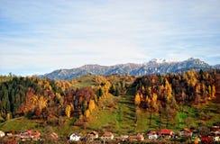 Το τοπίο φθινοπώρου βουνών με το ζωηρόχρωμο δάσος στοκ εικόνα