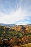 Το τοπίο φθινοπώρου βουνών με το ζωηρόχρωμο δάσος στοκ φωτογραφία με δικαίωμα ελεύθερης χρήσης