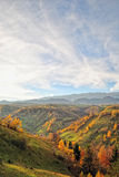 Το τοπίο φθινοπώρου βουνών με το ζωηρόχρωμο δάσος στοκ φωτογραφίες με δικαίωμα ελεύθερης χρήσης