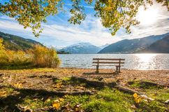 Το τοπίο φθινοπώρου με τη λίμνη βουνών σε Zell AM βλέπει, Αυστρία Στοκ Εικόνα