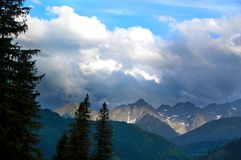 Το τοπίο φώτισε υπέροχα τις αιχμές βουνών στοκ εικόνες με δικαίωμα ελεύθερης χρήσης