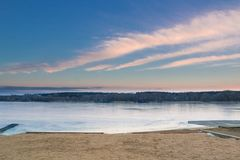 Το τοπίο χειμερινού paysage του βραδιού πάγωσε την παγωμένη παραλία λιμνών Στοκ Φωτογραφίες