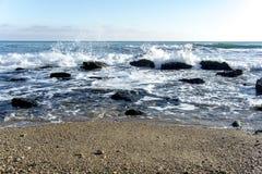 Το τοπίο ‹â€ ‹θάλασσας †με τα κύματα θάλασσας που αφορούν τους βράχους διασκόρπισε κατά μήκος της ακτής Στοκ εικόνες με δικαίωμα ελεύθερης χρήσης