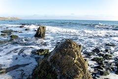 Το τοπίο ‹â€ ‹θάλασσας †με τα κύματα θάλασσας που αφορούν τους βράχους διασκόρπισε κατά μήκος της ακτής Στοκ φωτογραφία με δικαίωμα ελεύθερης χρήσης