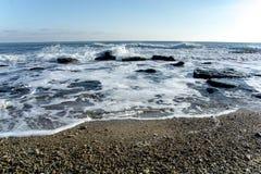 Το τοπίο ‹â€ ‹θάλασσας †με τα κύματα θάλασσας που αφορούν τους βράχους διασκόρπισε κατά μήκος της ακτής Στοκ φωτογραφίες με δικαίωμα ελεύθερης χρήσης