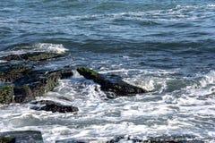 Το τοπίο ‹â€ ‹θάλασσας †με τα κύματα θάλασσας που αφορούν τους βράχους διασκόρπισε κατά μήκος της ακτής Στοκ Εικόνα