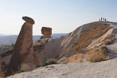 Το τοπίο Cappadocia με τους τουρίστες Στοκ φωτογραφία με δικαίωμα ελεύθερης χρήσης