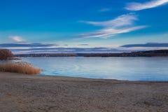 Το τοπίο paysage χειμερινού σούρουπου του ηλιοβασιλέματος πάγωσε την παγωμένη παραλία ποταμών Στοκ εικόνα με δικαίωμα ελεύθερης χρήσης