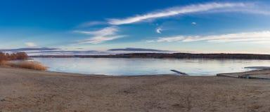 Το τοπίο paysage χειμερινού σούρουπου του ηλιοβασιλέματος πάγωσε την παγωμένη παραλία λιμνών Στοκ Εικόνες