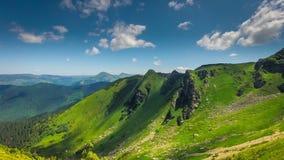 Το τοπίο Timelapsed με το βουνό οξύνει το νεφελώδη ουρανό φιλμ μικρού μήκους