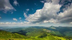 Το τοπίο Timelapsed με το βουνό οξύνει το νεφελώδη ουρανό απόθεμα βίντεο