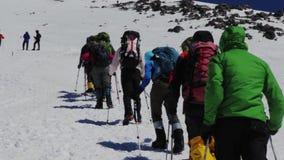 το 2013 08 τοποθετεί Elbrus, Ρωσία: Αναρριχηθείτε στο βουνό Elbrus απόθεμα βίντεο