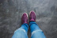 Το τοπ πόδι άποψης των γυναικών με Jean και το παπούτσι στέκονται στο συγκεκριμένο floo στοκ φωτογραφίες με δικαίωμα ελεύθερης χρήσης