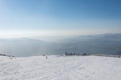 Το τοπ σκι βουνών άποψης χύνει Στοκ Εικόνα