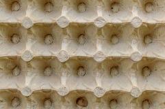 Το τοπ φύλλο επιφάνειας άποψης του κενού κλουβιού αυγών χαρτονιού ή τα αυγά κονσερβοποιεί το παράθυρο φιαγμένο από καφετί φύλλο σ στοκ φωτογραφίες