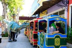 Το τουριστικό αξιοθέατο ορόσημων οικοδόμησης venezia παρουσιάζει δεινόσαυρο για τα παιδιά στο playland σε Huahin, Ταϊλάνδη Στοκ εικόνα με δικαίωμα ελεύθερης χρήσης