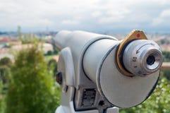 Το τουριστικό τηλεσκόπιο εξετάζει την πόλη με την άποψη της Πράγας Στοκ Εικόνες