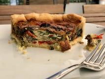 Το τουρκικό πίτα ξινό Kis τροφίμων/η φυτική φέτα πιτών εξυπηρέτησε με το πιάτο στο εστιατόριο Στοκ Εικόνες