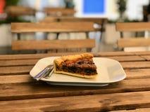 Το τουρκικό πίτα ξινό Kis τροφίμων/η φυτική φέτα πιτών εξυπηρέτησε με το πιάτο στο εστιατόριο Στοκ Φωτογραφίες