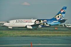 Το του δέλτα σαφές Boeing β-737 μετά από να προσγειωθεί στο διεθνή αερολιμένα ελευθερίας του Newark το 2000 Στοκ Φωτογραφίες