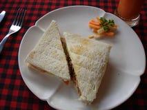 Το τρίγωνο διαμόρφωσε το ψημένο σάντουιτς Στοκ εικόνες με δικαίωμα ελεύθερης χρήσης
