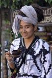 Το τρίχωμα Ασία όμορφο Dreadlock γυναικών πίνει το φλυτζάνι καρύδων Στοκ Φωτογραφίες