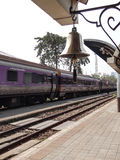 Το τραίνο έρχεται με το κουδούνι δαχτυλιδιών στοκ εικόνα με δικαίωμα ελεύθερης χρήσης