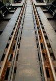 Το τραίνο ακολουθεί τον ποταμό Kwai Στοκ εικόνα με δικαίωμα ελεύθερης χρήσης