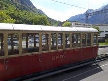 Το τραίνο βουνών χιονιού που πηγαίνει ανηφορικά στην υψηλότερη αιχμή στην Ελβετία Στοκ εικόνες με δικαίωμα ελεύθερης χρήσης