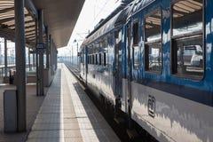 Το τραίνο περιμένει τους επιβάτες στο σιδηροδρομικό σταθμό Στοκ Εικόνες