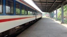 Το τραίνο περιμένει τους φιλοξενουμένους στην πλατφόρμα στοκ φωτογραφία με δικαίωμα ελεύθερης χρήσης