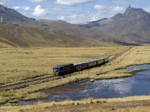 Το τραίνο περνά από Altiplano, περιοχή Puno, του Περού Στοκ Φωτογραφία