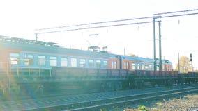 Το τραίνο πηγαίνει, το τραίνο πλησιάζει στο σταθμό απόθεμα βίντεο