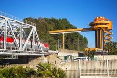 Το τραίνο πηγαίνει στη γέφυρα προς το Sochi στοκ φωτογραφία