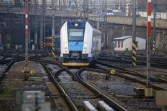 Το τραίνο πλησιάζει το σταθμό με το τραίνο Έννοια: ταξίδι τραίνων Στοκ Φωτογραφία
