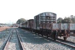 Το τραίνο που χρησιμοποιείται για να μεταφέρει πολλή σκουριά στοκ εικόνες