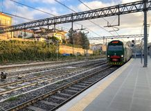 Το τραίνο στο βόρειο σταθμό τρένου του Βαρέζε στο κέντρο πόλεων, αυτό είναι ένας από τους τρεις σιδηροδρομικούς σταθμούς της ιταλ στοκ εικόνες με δικαίωμα ελεύθερης χρήσης