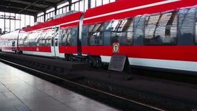 Το τραίνο στο σταθμό στο Βερολίνο απόθεμα βίντεο