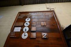 Το τραίνο σχεδιάζει τον ξύλινο πίνακα Σιδηροδρομικός σταθμός Oya Nanu Σρι Λάνκα στοκ εικόνες με δικαίωμα ελεύθερης χρήσης