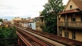 Το τραίνο του Σικάγου ακολουθεί τα σπίτια Στοκ εικόνες με δικαίωμα ελεύθερης χρήσης