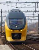 Το τραίνο του NS, ολλανδικοί σιδηρόδρομοι, intercity διόροφο λεωφορείο φθάνει κατά μήκος της πλατφόρμας στο γκούντα, οι Κάτω Χώρε στοκ εικόνα