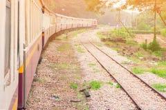 Το τραίνο τρέχει το ταξίδι στην επαρχία με το φως ήλιων και το διάστημα αντιγράφων προσθέτει το κείμενο Στοκ φωτογραφίες με δικαίωμα ελεύθερης χρήσης