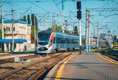 Το τραίνο υψηλής ταχύτητας φθάνει στο σιδηροδρομικό σταθμό στο ηλιοβασίλεμα στοκ φωτογραφίες με δικαίωμα ελεύθερης χρήσης