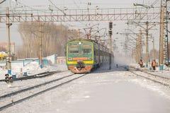 Το τραίνο φθάνει στο σταθμό Στοκ Εικόνες